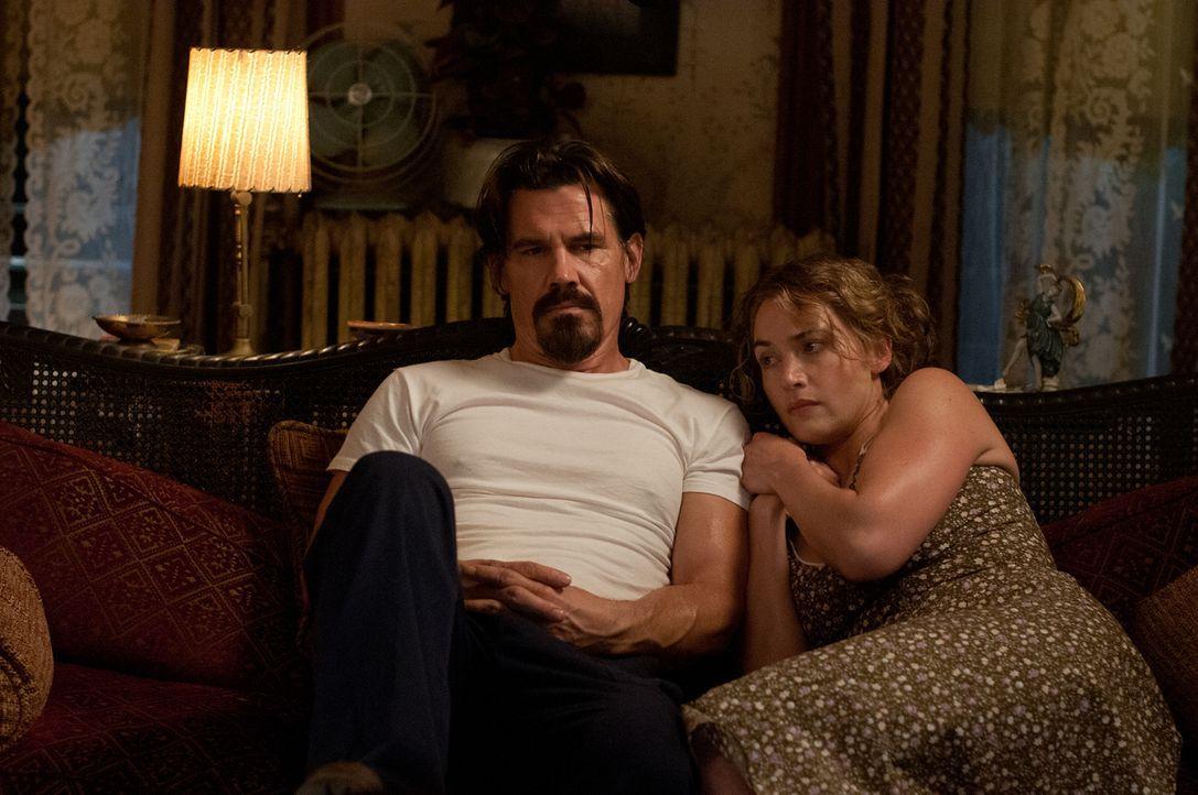 Obwohl er ein verurteilter Mörder auf der Flucht ist, verliebt sich die alleinerziehende Mutter Adele (Kate Winslet, r.) in den sensiblen Frank (Jos... - Bildquelle: 2016 Paramount Pictures. All Rights Reserved.