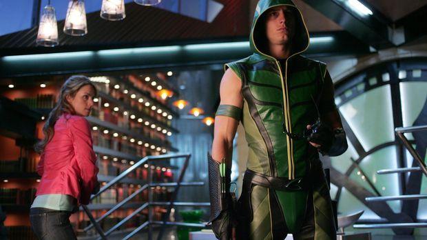 Weil Green Arrow (Justin Hartley, r.) angeschossen wurde, nimmt er eine Super...