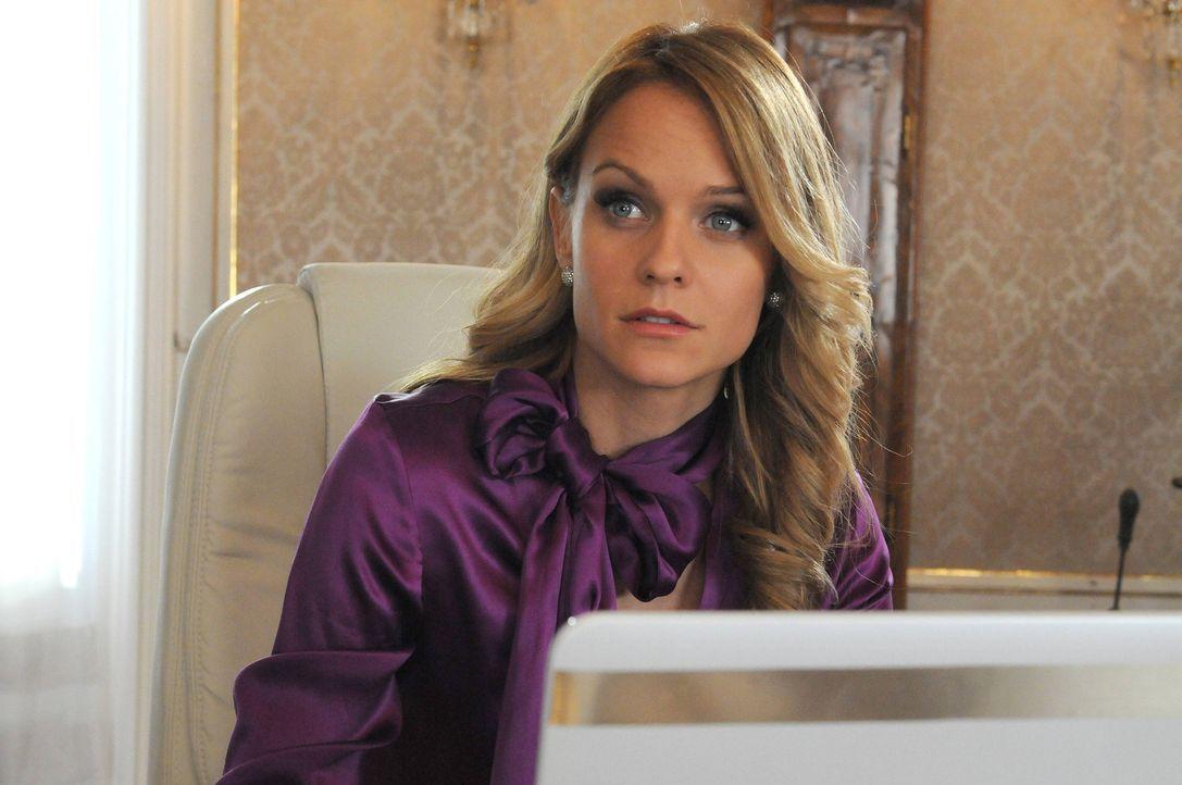 Die attraktive Lisa Rammser (Mirjam Weichselbraun) hat die Unternehmensleitung von ihrem Vater übernommen. Jetzt sucht sie für den Posten des Vert... - Bildquelle: Hubert Mican SAT.1
