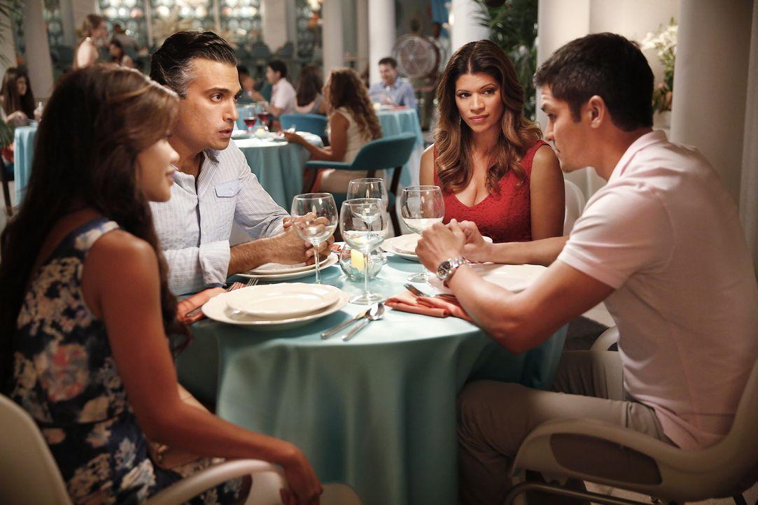 Xo (Andrea Navedo, 2.v.r.) und Rogelio (Jaime Camil, 2.v.l.) haben besondere Pläne fürs Abendessen, das durch Erika (Tiffany Panhilason, l.) und Mar... - Bildquelle: 2014 The CW Network, LLC. All rights reserved.