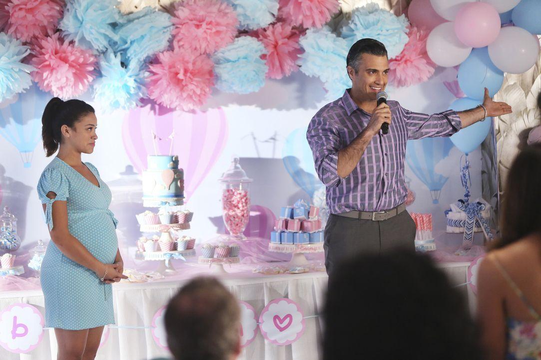 Rogelio (Jaime Camil, r.) hat bei der Babyparty eine ganz besondere Überraschung für Jane (Gina Rodriguez, l.) ... - Bildquelle: 2014 The CW Network, LLC. All rights reserved.