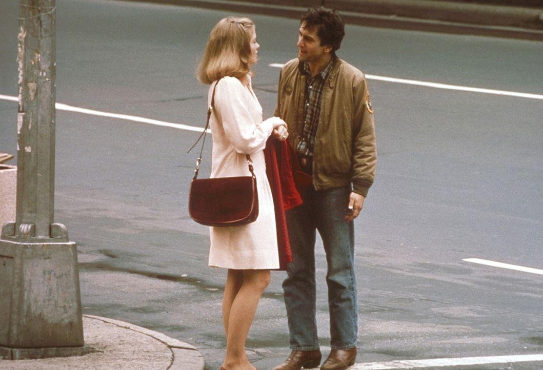 Als der Taxifahrer Travis Bickle (Robert De Niro, r.) die adrette, gebildete Wahlkampfhelferin Betsy (Cybill Shepherd, l.) kennen lernt, erscheint s... - Bildquelle: Columbia Pictures