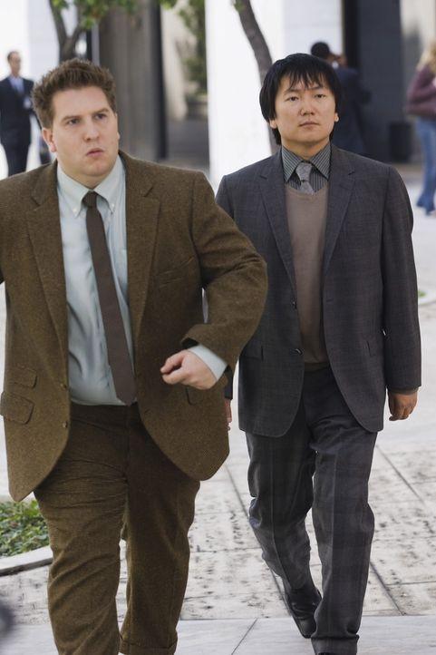 Die beiden Erfindergenies Lloyd (Nate Torrence, l.) und Bruce (Masi Oka, r.) entwickelten vor geraumer Zeit für die Geheimorganisation CONTROL eine... - Bildquelle: Warner Brothers
