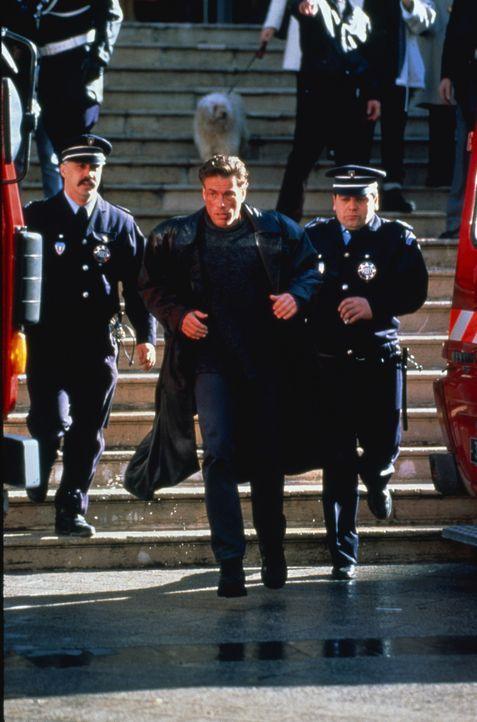 Auf der Suche nach dem Mörder seines Zwillingsbruders verstrickt sich Inspektor Alain Moreau (Jean-Claude Van Damme) in Intrigen mit der Russen-Maf... - Bildquelle: Sony Pictures Television International. All Rights Reserved.