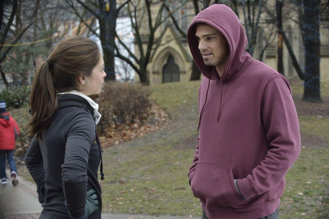 Eigentlich hatte sich Catherine (Kristin Kreuk, l.) vorgenommen, auf Abstand zu Vincent (Jay Ryan, r.) zu gehen, damit er sich wieder mit seiner ehe... - Bildquelle: 2013 The CW Network. All Rights Reserved.