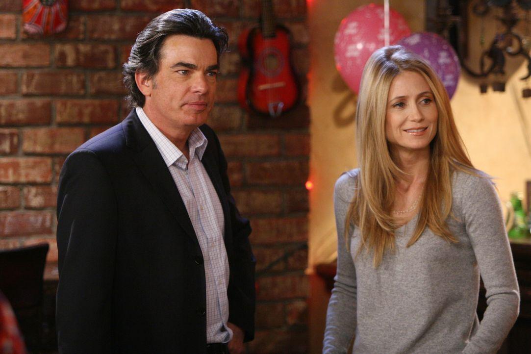 Kirsten (Kelly Rowan, r.) stellt erneut fest, worum es der Gesellschaft von Newport wirklich geht und spricht mit Sandy (Pater Gallagher, l.) darüb... - Bildquelle: Warner Bros. Television