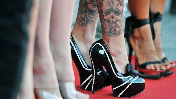 High Heels sind ein Muss, wenn ihr die Slip Dresses zum Ausgehen tragen wollt.