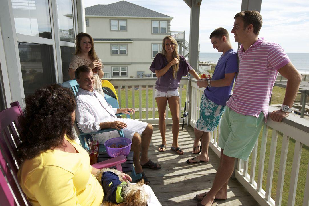 Einen Ort, an dem die ganze Familie Spaß haben, sich entspannen und die Batterie aufladen kann, das wünschen sich Laura (l.) und John (2.v.l.) ... - Bildquelle: 2013,HGTV/Scripps Networks, LLC. All Rights Reserved