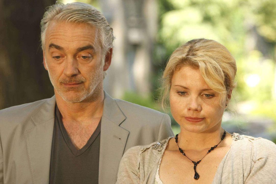 Peggys (Annette Frier, r.) verstorbener Mann Oskar (Christoph M. Ohrt, l.) warnt sie vor einer drohenden Gefahr ... - Bildquelle: Frank Dicks Sat.1