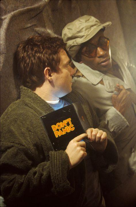 In wenigen Minuten muss die Erde einer intergalaktischen Umgehung Platz machen. Den Freunden Arthur (Martin Freeman, l.) und Ford (Mos Def, r.) geli... - Bildquelle: Touchstone Pictures (C) Spyglass Entertainment. All Rights Reserved