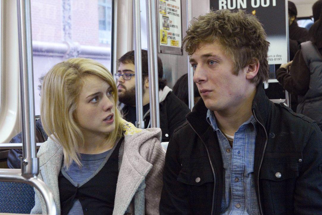 Eigentlich wollte Lip (Jeremy Allen White, r.) zusammen mit Karen (Laura Wiggins, l.) die Adoptionsvermittlungen durchgehen, doch er kriegt langsam... - Bildquelle: 2010 Warner Brothers
