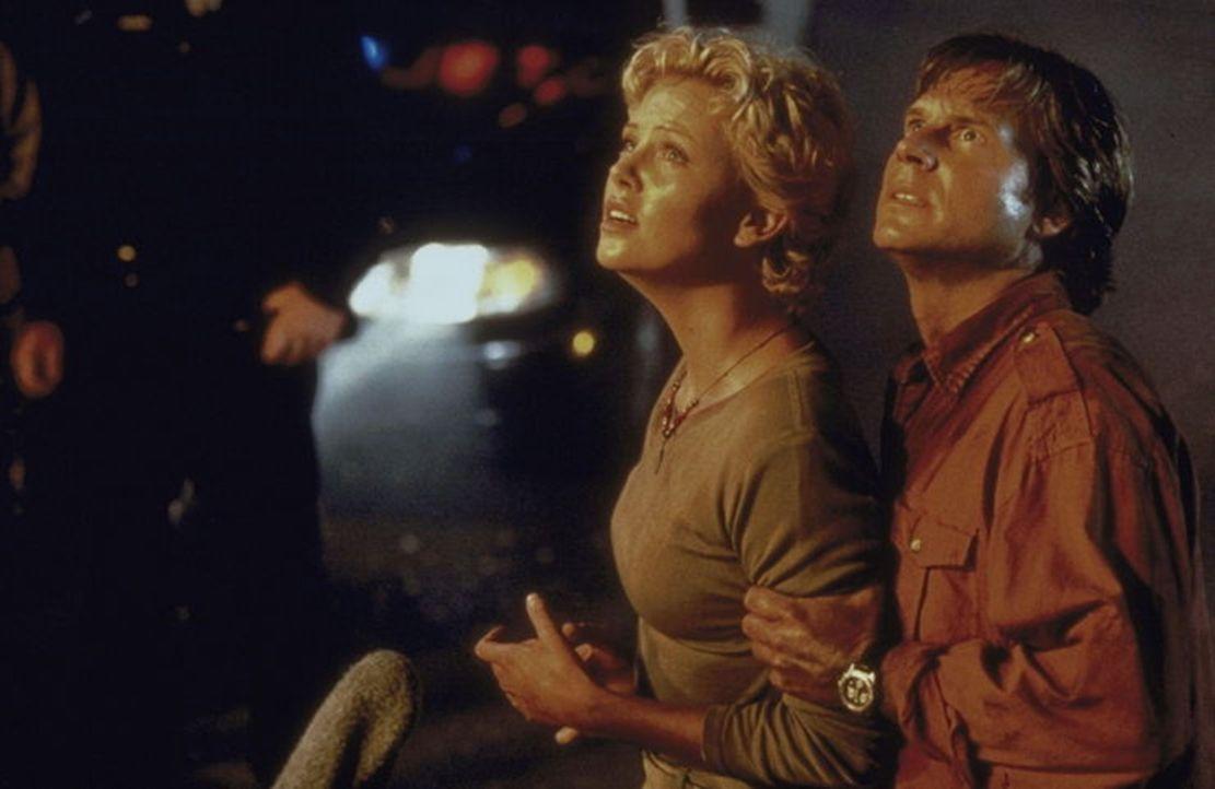 Haben einen Haufen Ärger, weil der riesige Gorilla Joe mitten in L.A. herumspaziert: Jill (Charlize Theron, l.) und der US-Wissenschaftler Gregg O'...