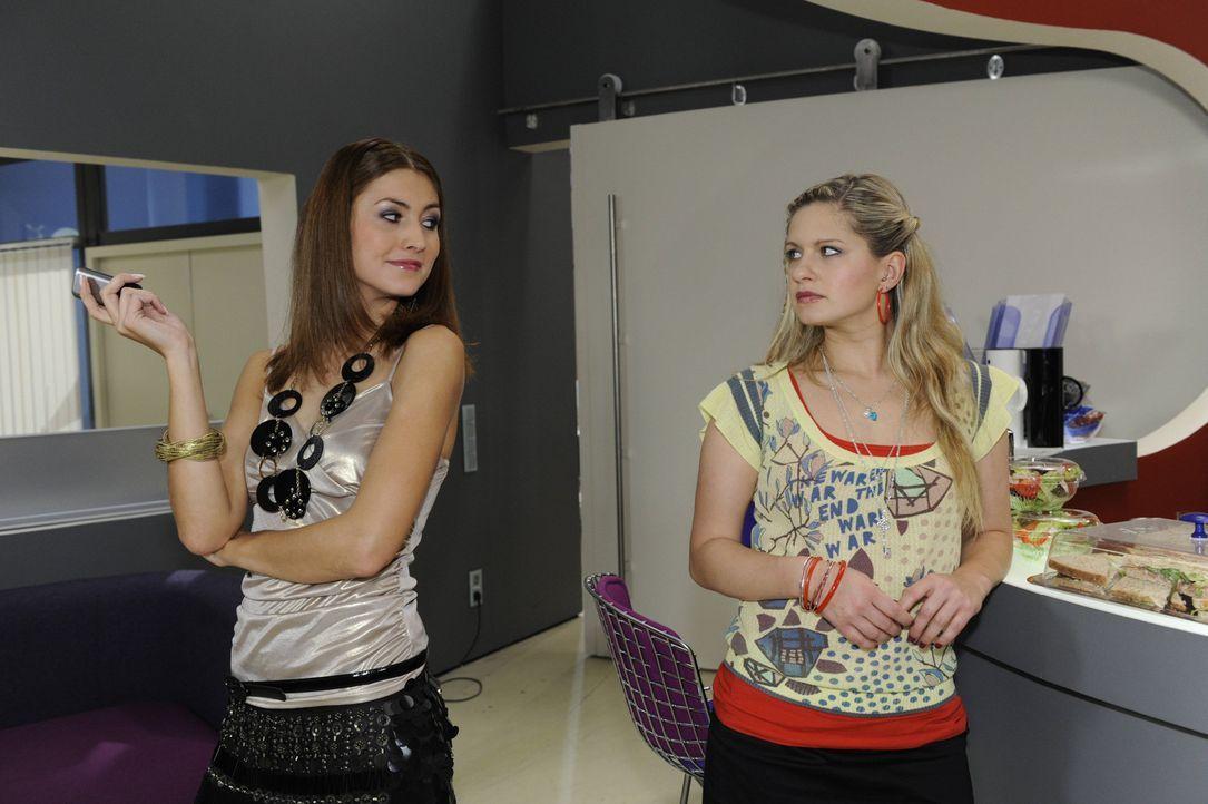 Sind nicht gut aufeinander zu sprechen: Jessica (Fiona Erdmann, l.) und Mia (Josephine Schmidt, r.) ... - Bildquelle: SAT.1