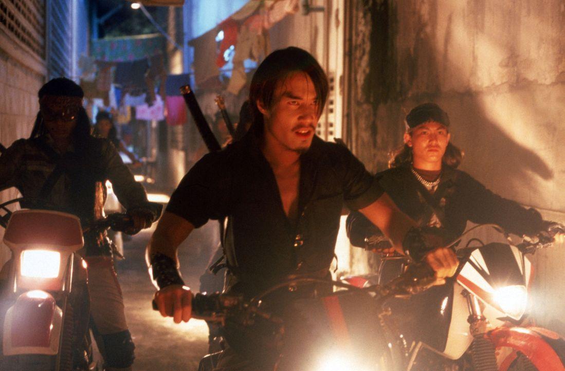 Im Urlaub in Thailand wird die junge Amerikanerin Amanda vor den Augen ihres Freundes Connor von Niran (Dom Hetrakul, M) und seiner Bande entführt.... - Bildquelle: 2002 Global Entertainment Productions GmbH & Co. Movie KG. All Rights Reserved.