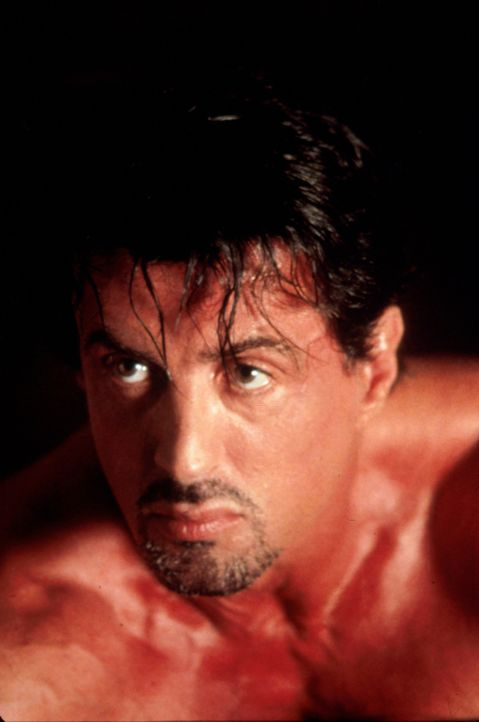 Jack Carter (Sylvester Stallone) jagt die Mörder seines Bruders gnadenlos. - Bildquelle: Warner Bros.