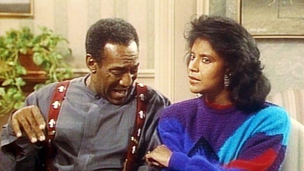 Clair (Phylicia Rashad, r.) kneift Cliff (Bill Cosby, l.), um zu verhindern,...