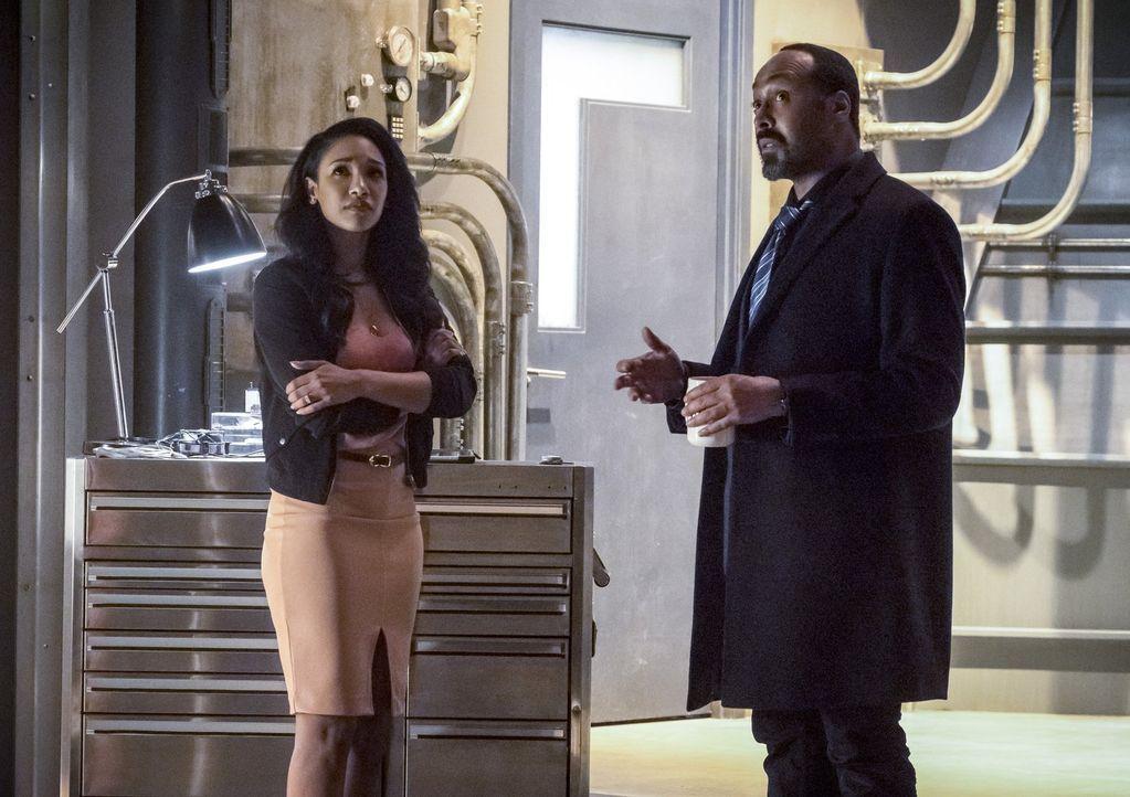 Während sich Joe (Jesse L. Martin, r.) um jeden Preis den alten Barry zurückwünscht, findet Iris (Candice Patton, l.) plötzlich Gefallen an dem lock... - Bildquelle: 2016 Warner Bros.