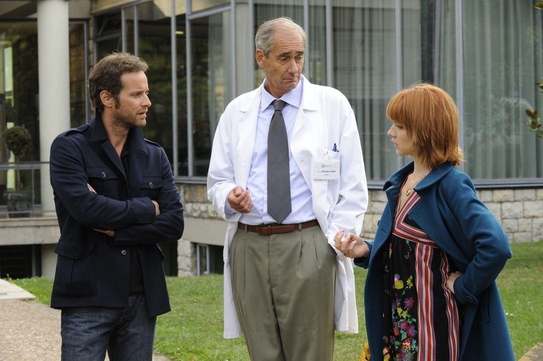 Kann Doktor Gary (Stéphane Dausse, M.) Chloé (Odile Vuillemin, r.) und Matthieu (Guillaume Cramoisan, l.) bei ihren Ermittlungen weiterhelfen? - Bildquelle: 2008 - Beaubourg Audiovisuel/BeFilms/RTBF (Télévision Belge)