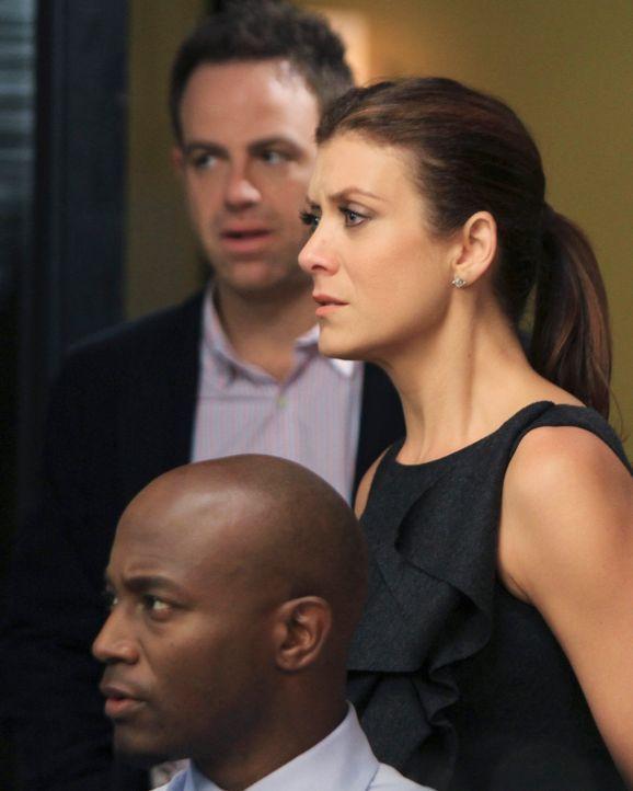 Cooper (Paul Adelstein, l.), Addison (Kate Walsh, r.) und Sam (Taye Diggs, vorne) sind wahnsinnig überrascht, als Amelia ganz normal die Praxis bet... - Bildquelle: ABC Studios