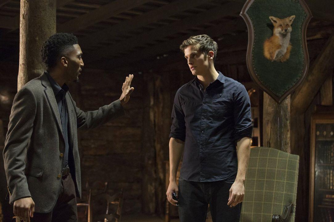 Während Finn (Yusuf Gatewood, l.) seine Brüder Klaus, Elijah und Kaleb (Daniel Sharman, r.) in eine magische Welt entführt, lernt Hayley die gefährl... - Bildquelle: Warner Bros. Entertainment, Inc