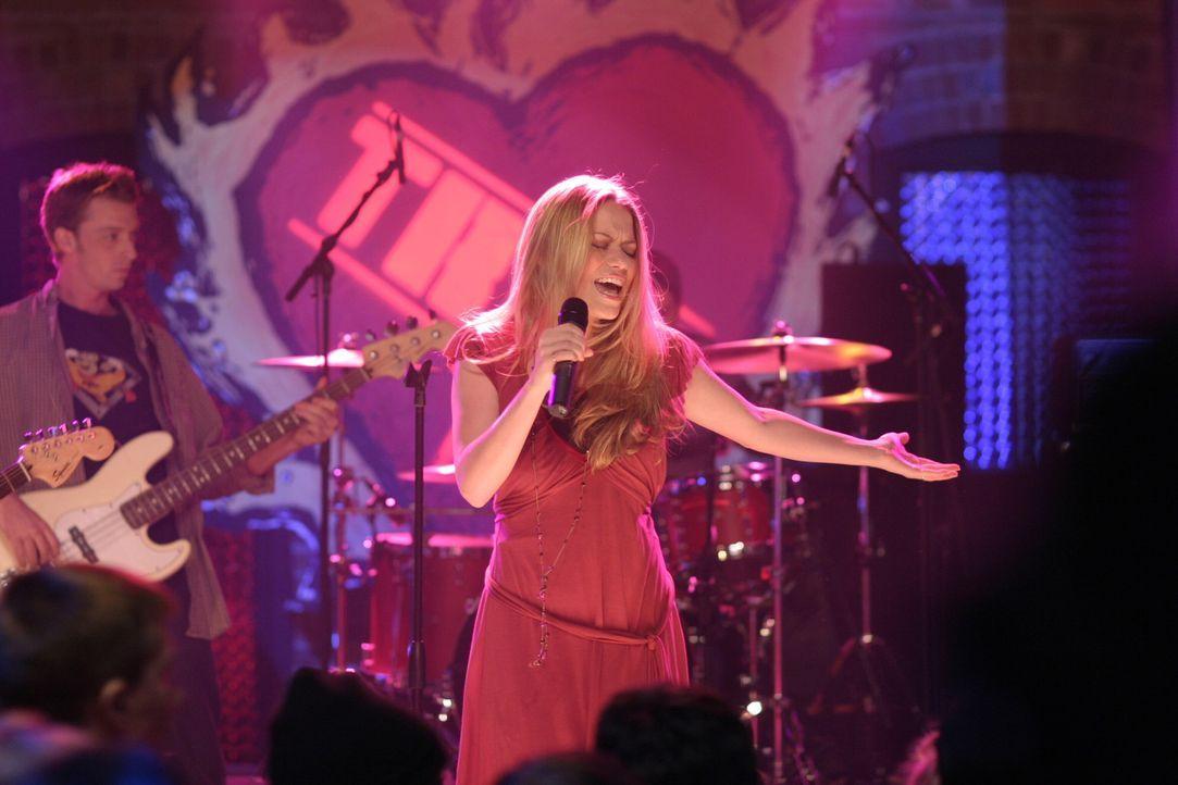 Auch Haley (Bethany Joy Galeotti) lässt es sich nicht nehmen und singt an dem von Peyton organisierten Benefizabend ... - Bildquelle: Warner Bros. Pictures