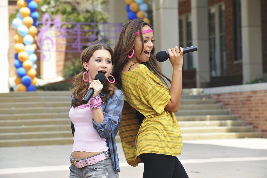 Abby (Olesya Rulin, l.) und Ashleigh (Amber Stevens, r.) heizen dem Publikum erst richtig ein ... - Bildquelle: 2010 Disney Enterprises, Inc. All rights reserved.