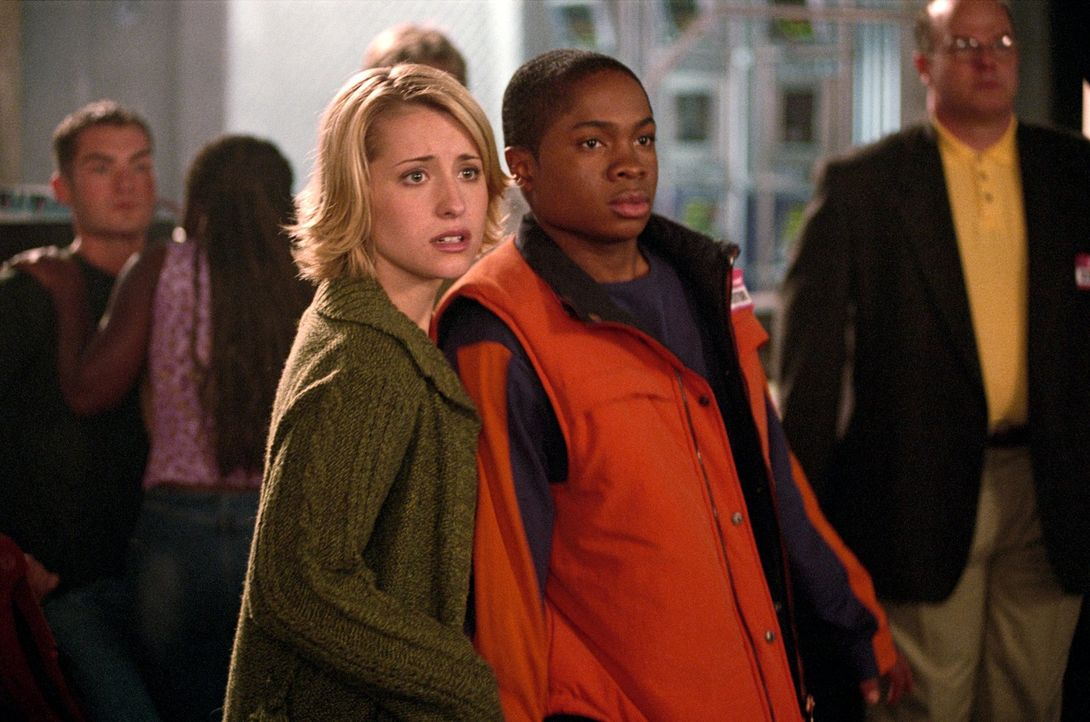 Clarks Freunde Chloe (Allison Mack, vorne l.) und Pete (Sam Jones III., vorne r.) stecken in Schwierigkeiten ... - Bildquelle: Warner Bros.