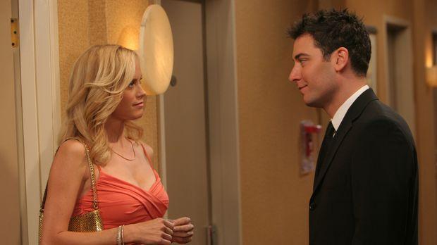Um Robin eifersüchtig zu machen, bittet Ted (Josh Radnor, r.) die heiße Mary...