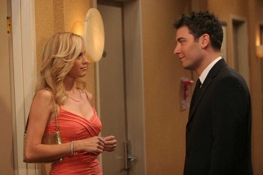 Um Robin eifersüchtig zu machen, bittet Ted (Josh Radnor, r.) die heiße Mary (Erinn Bartlett, l.), dass sie ihn zu einer Veranstaltung begleitet ... - Bildquelle: 20th Century Fox International Television