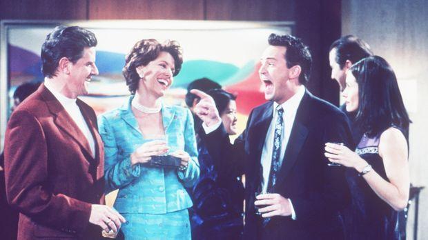 Monica (Courteney Cox, r.) hat ein Problem mit Chandler (Matthew Perry, 2.v.r...