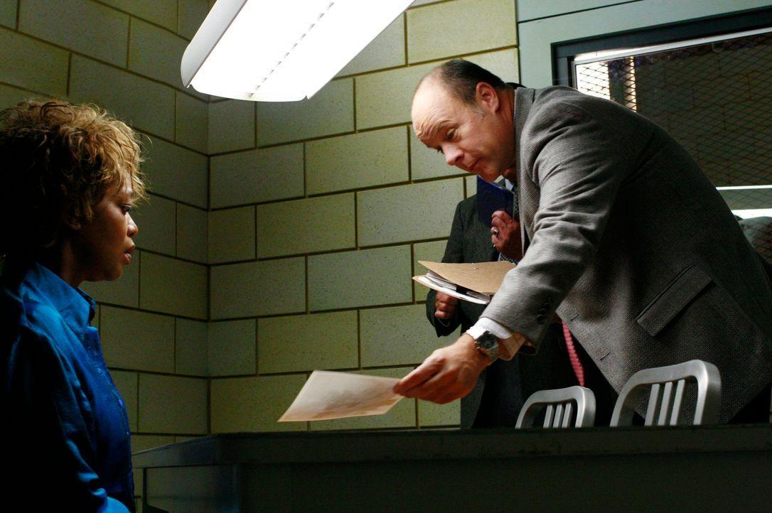 Betty Applewhite (Alfre Woodard, l.) ist geschockt, als ihr Detective Fallon (James Shanklin, r.) ein Foto zeigt ... - Bildquelle: 2005 Touchstone Television  All Rights Reserved