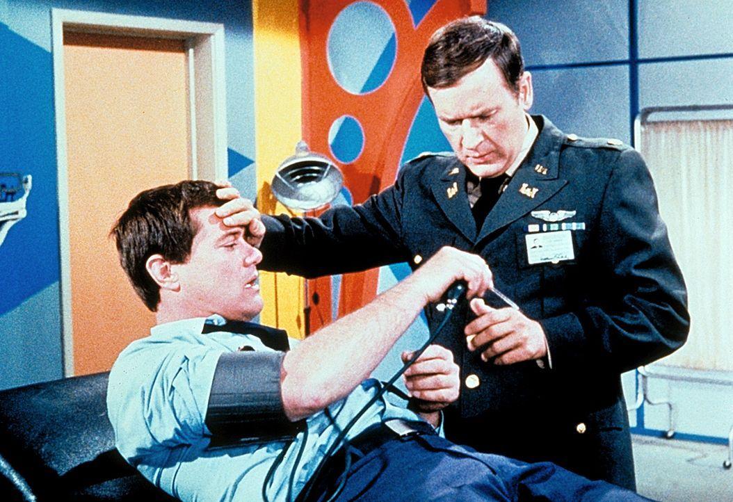 Nachdem Tony (Larry Hagman,l.) mitten am Tag in einen todesähnlichen Tiefschlaf gefallen ist, misst Roger (Bill Daily, r.) vorsichtshalber mal den B...