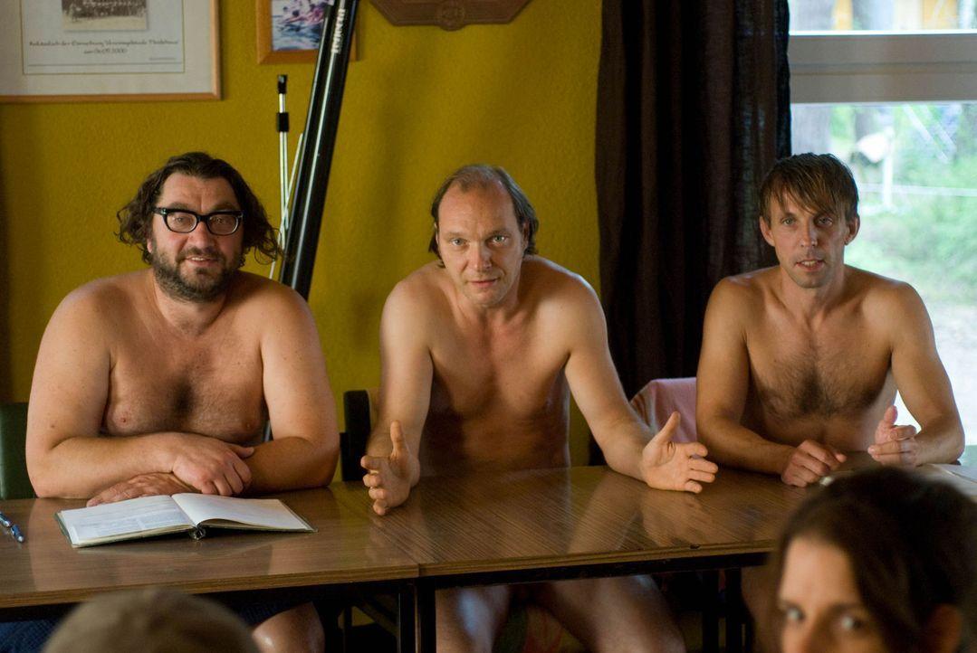 Verzweifelt sucht der Vorstand des Nudistencamps, Helmut (Martin Brambach, M.), Socke (Gotthard Lange, r.) und Uwe (Heiko Pinkowski, l.), nach einer... - Bildquelle: Sat.1