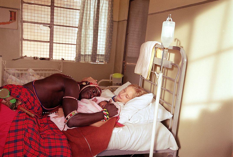 Die schlechten hygienischen Verhältnisse in Kenia sind schuld daran, dass Carola (Nina Hoss, r.) schwer erkrankt. Allein ihre Liebe zu Lemalian (Ja... - Bildquelle: Constantin Film Produktion GmbH