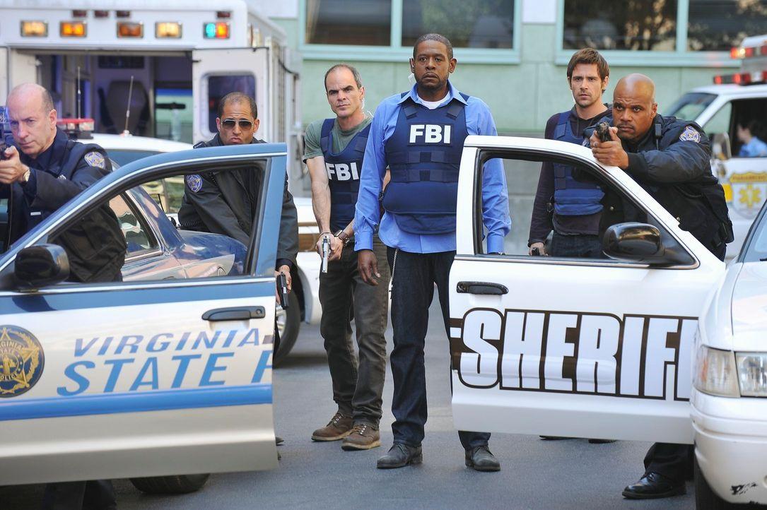 Für die Profiler, Mick (Matt Ryan, 2.v.r.), Sam (Forest Whitaker, 3.v.r.) und John (Michael Kelly, 3.v.l.), beginnt ein Wettlauf mit der Zeit um ein... - Bildquelle: ABC Studios
