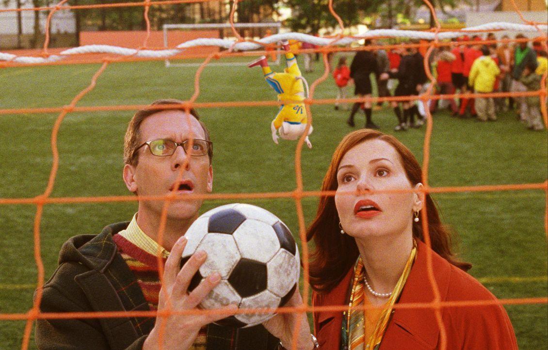 Vater (Hugh Laurie l.) und Mutter Little (Geena Davis, r.) haben durchgesetzt, dass Stuart (M.) bei der Fußballmannschaft mitmachen darf - doch das... - Bildquelle: 2003 Sony Pictures Television International. All Rights Reserved.