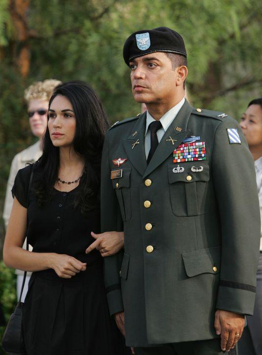Zusammen mit Richard (Michael DeLorenzo, r.) nimmt Anna (Lela Loren, l.) an der Trauerfeier seines Sohnes, der ihr Ehemann war, teil. - Bildquelle: ABC Studios