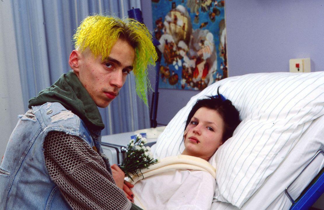 Floh (Felix Nagel, l.) besucht Joey (Lilya Löffler, r.) im Kinderkrankenhaus. Keiner außer Evi weiß, was die beiden für Pläne schmieden ... - Bildquelle: Krajewsky Sat.1