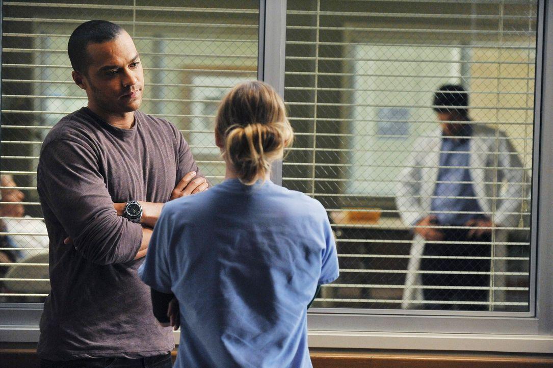 Meredith (Ellen Pompeo, r.) kann Jackson (Jesse Williams, l.) verstehen und redet ihm ins Gewissen, sich nicht mit seinem Großvater zu überwerfen, d... - Bildquelle: Touchstone Television