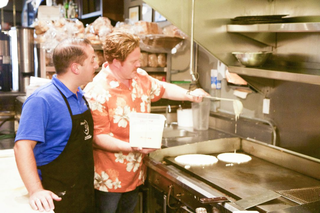 """Brian Epstein (l.), der Besitzer von """"Brian's 24"""" in San Diego, zeigt Casey (r.), wie die Pancakes für die anstehende """"Pancake-Monster-Challenge"""" he... - Bildquelle: 2017, The Travel Channel, LLC. All Rights Reserved."""