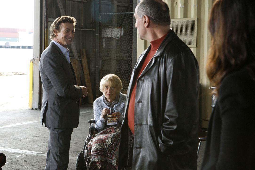 Bei ihrem neuen Fall stoßen Teresa (Robin Tunney, r.) und Patrick (Simon Baker, l.) auf Hank (John Kapelos, 2.v.r.) und Annabelle (K Callan, 2.v.l.... - Bildquelle: Warner Bros. Television