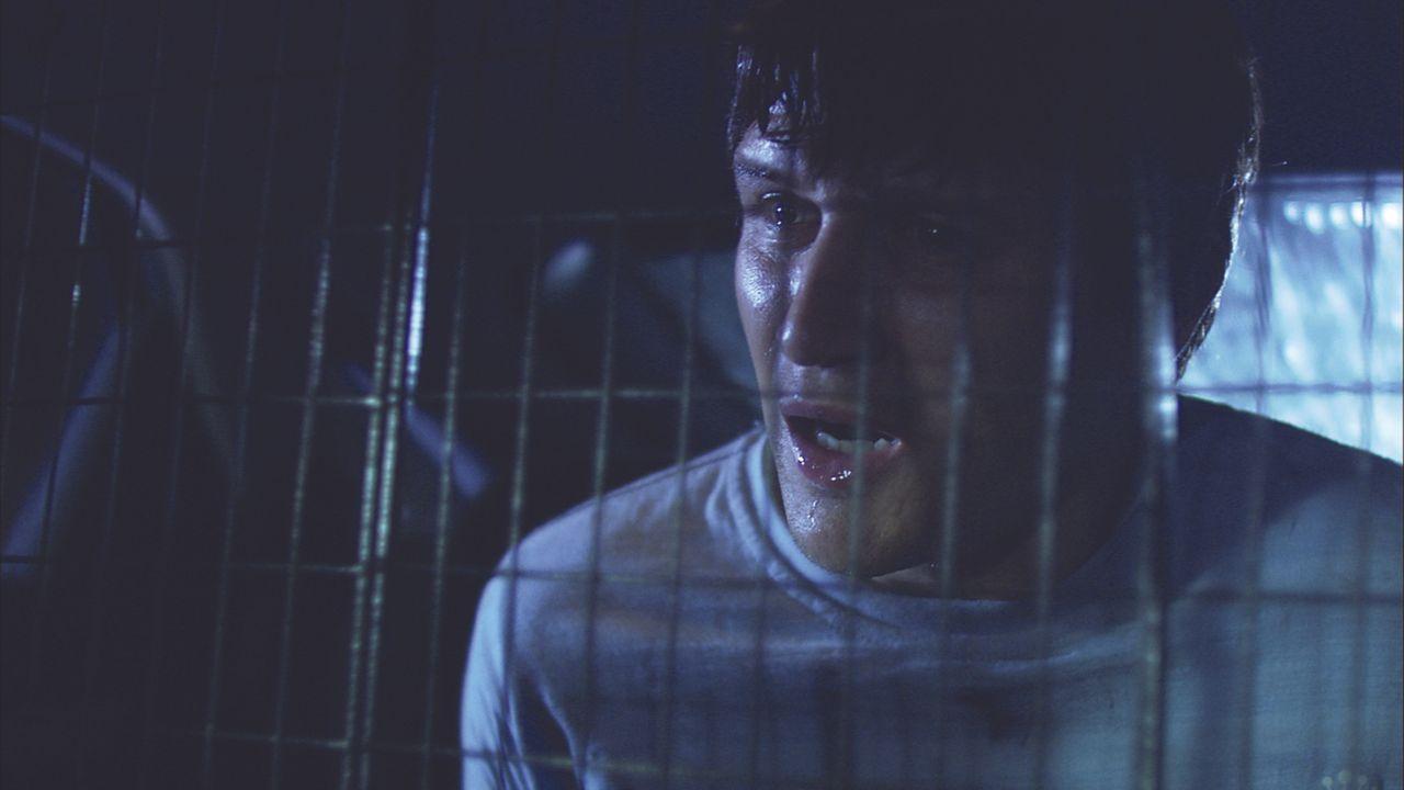 Es herrscht bereits finstere Nacht als Zakes (Will Ash) und Beth eine gefesselte, blutverschmierte Frau in einem Lieferwagen erblicken. Während Zake...