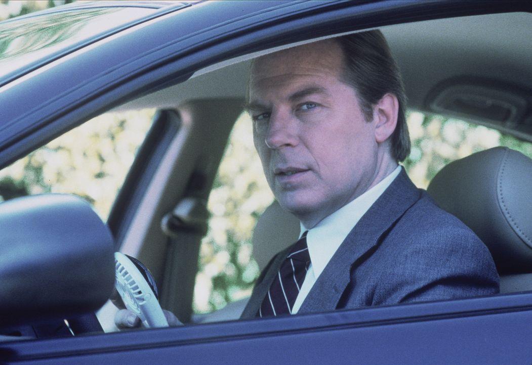 Morris Flechter (Michael McKean) ist eigentlich Mitarbeiter des Militärs, hat jedoch für alle anderen die Identität von Fox Mulder angenommen und tr... - Bildquelle: TM +   2000 Twentieth Century Fox Film Corporation. All Rights Reserved.