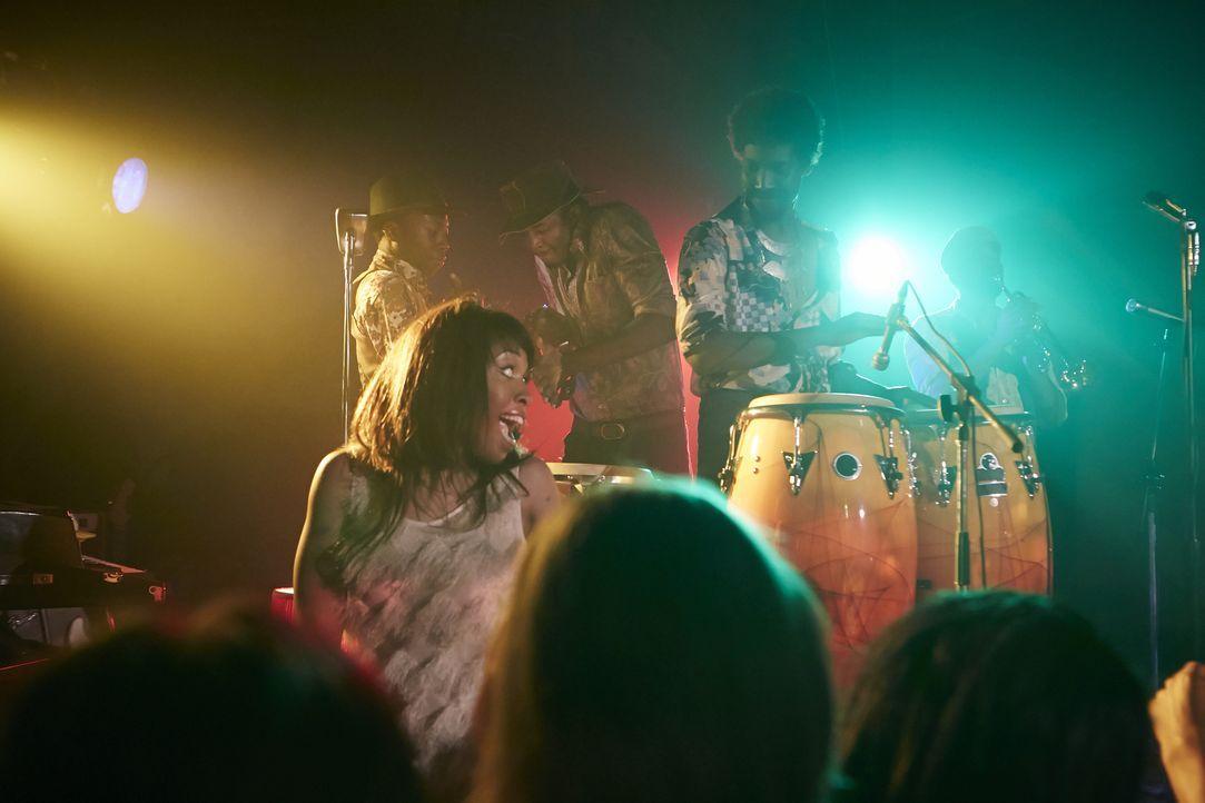 Tasha Bryce (l.) tanzt zu der Musik ihres geheimnisvollen Vaters Blinky (r.), den sie gemeinsam mit Privatdetektiv Steve Rambam aufgespürt hat. Kann... - Bildquelle: Darren Goldstein Cineflix 2015