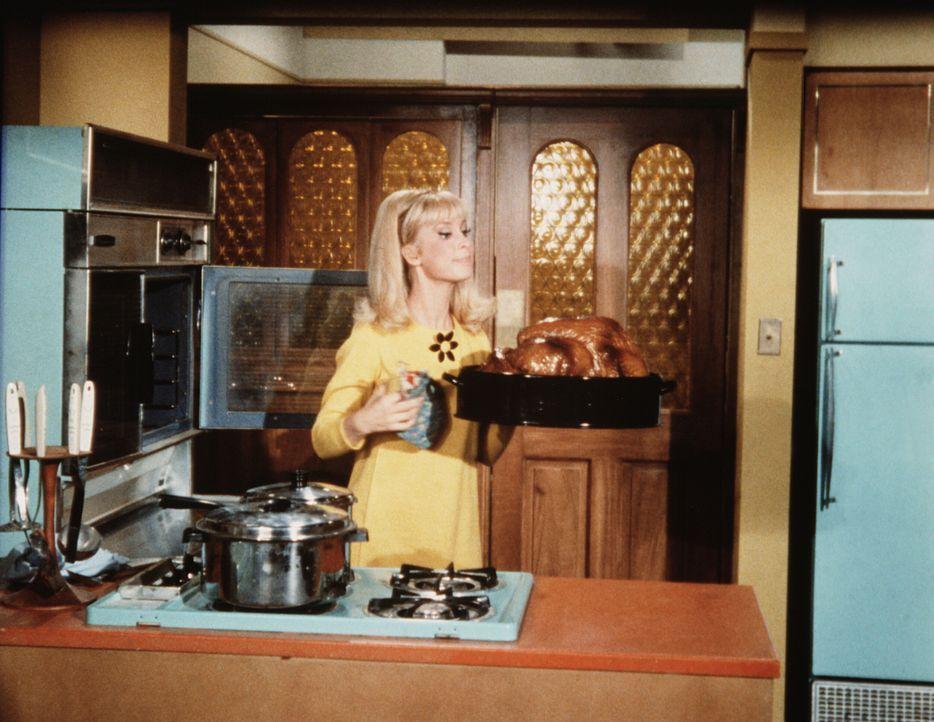 Jeannie (Barbara Eden) glaubt, dass sie auf ihren Tony verzichten muss, weil sie ihn sonst nur ins Unglück stürzen würde. - Bildquelle: Columbia Pictures