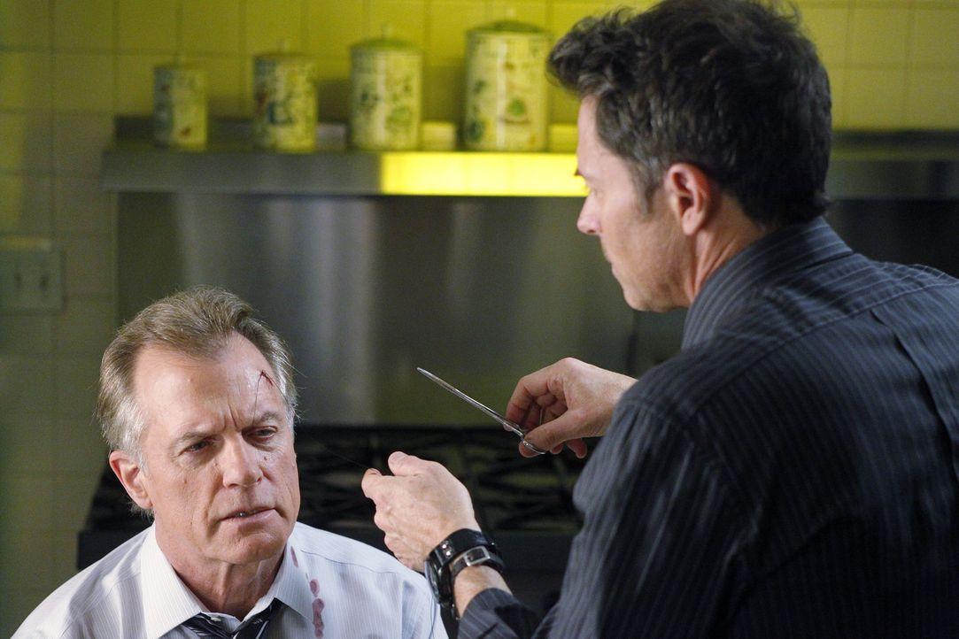 Pete (Tim Daly, r.) fühlt sich von Captain (Stephen Collins, l.) angegriffen, der schlecht über Violet redet  und legt sich verbal mit dem ihm an.... - Bildquelle: ABC Studios