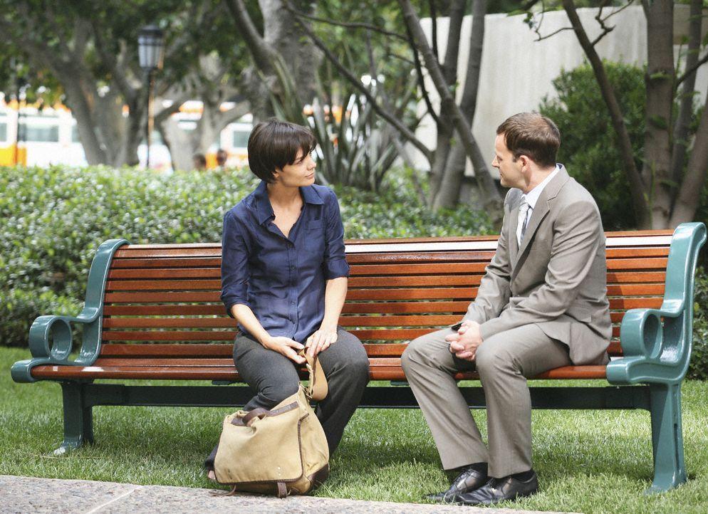 Eli (Jonny Lee Miller, r.) und Grace (Katie Holmes, l.) lernen sich im Stadion kennen und Eli spürt sofort, dass sie füreinander bestimmt sind. Doch... - Bildquelle: Disney - ABC International Television