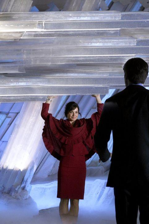 Das Hochzeitsgeschenk von Clarks (Tom Welling, r.) Vater ist etwas untypisch: Lois (Erica Durance, l.) erhält für einen Tag Clarks Kräfte ... - Bildquelle: Warner Bros.