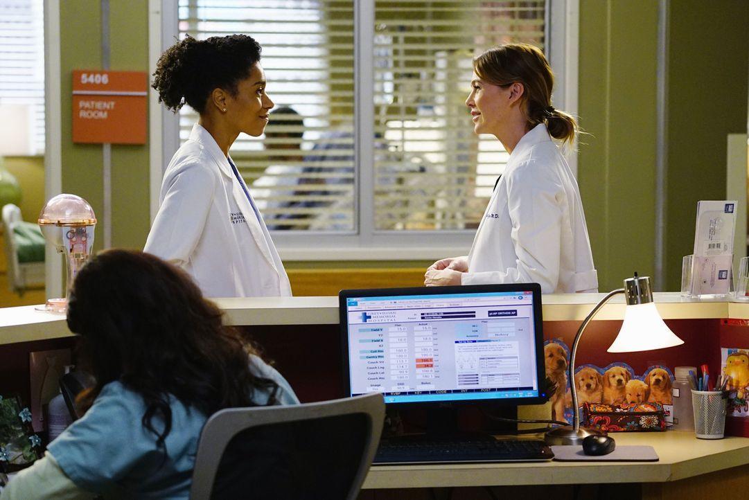 Meredith (Ellen Pompeo, r.) versucht Maggie (Kelly McCreary, l.) und ihren Fragen über Washington aus dem Weg zu gehen, während Bens Bruder in das K... - Bildquelle: ABC Studios