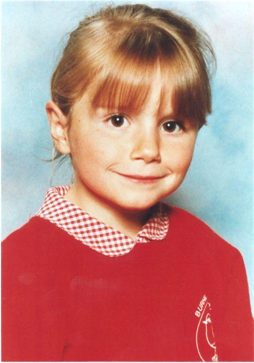 Juli 2000: Die achtjährige Sarah Payne wird tot in der Nähe von Sussex, England, aufgefunden.